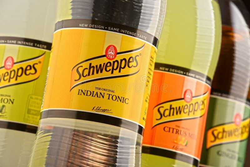 Flaskor av blandade Schweppes drinkar arkivbild