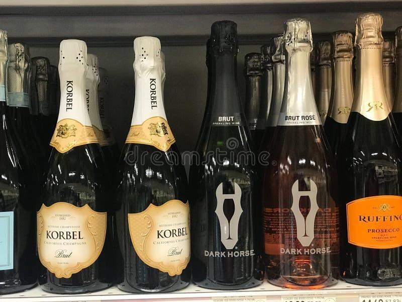 Flaskor av Champagne som är till salu på en specerihandlare Store royaltyfri fotografi