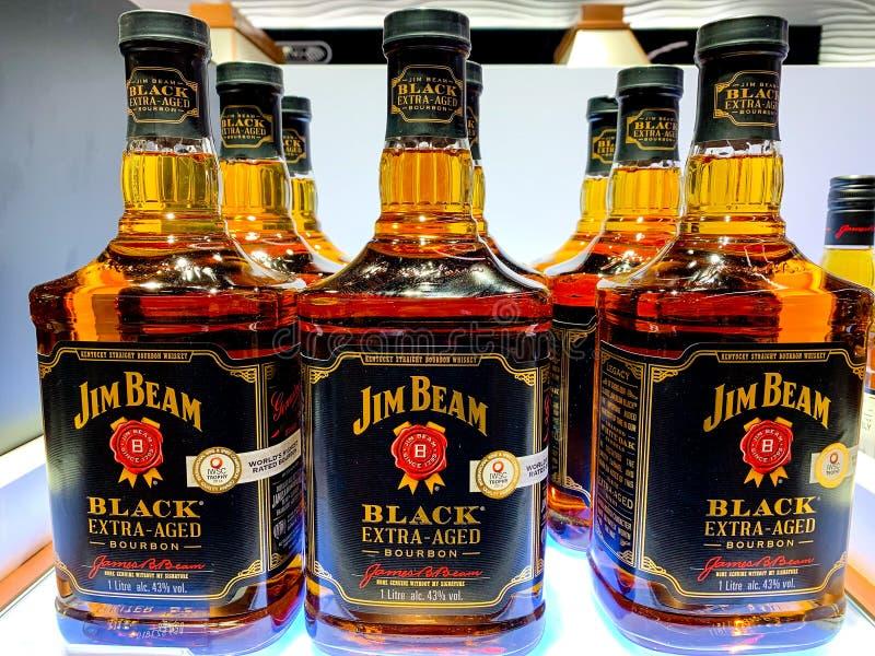Flaskor av Jim Beam, extrahjälp åldrades svart bourbon med 43% alkohol på skärm Jim Beam är ett märke av bourbonwhisky som in pro royaltyfria bilder