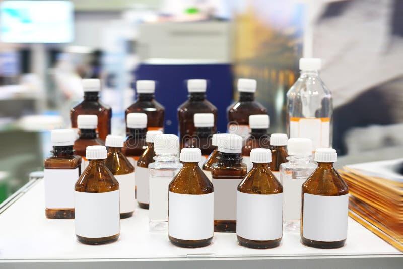 Flaskor av kemikalieer arkivfoto