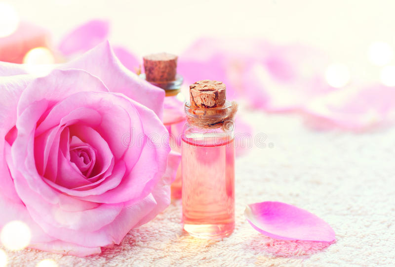 Flaskor av nödvändig rosolja för aromatherapy Rosa brunnsort royaltyfri fotografi