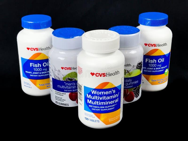 Flaskor av olika CVSHealth vitaminer och tillägg för goda hälsor arkivfoton