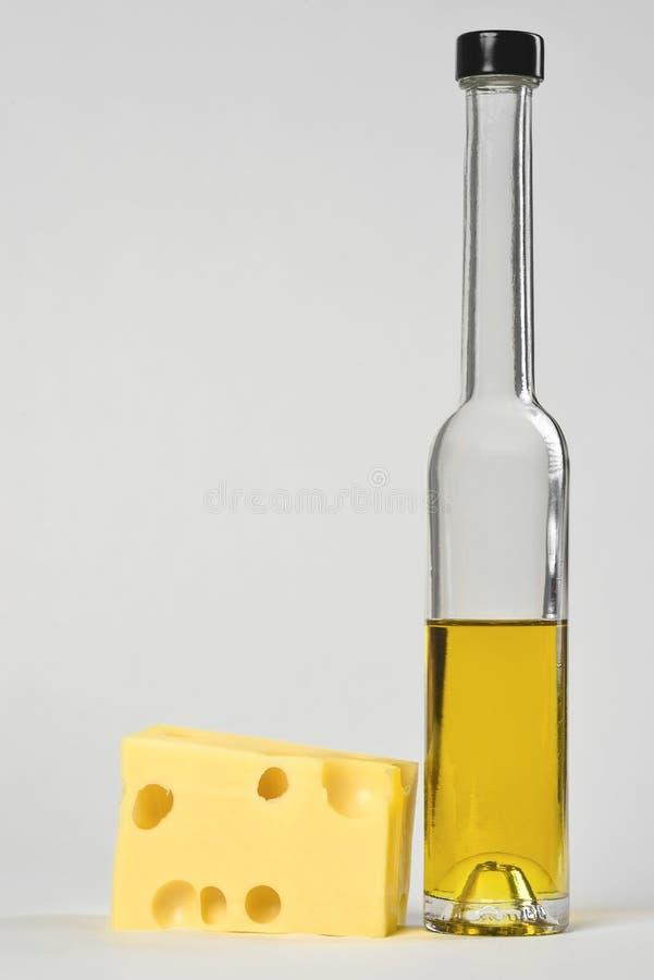 Flaskor av Olive Oil och ost arkivfoton