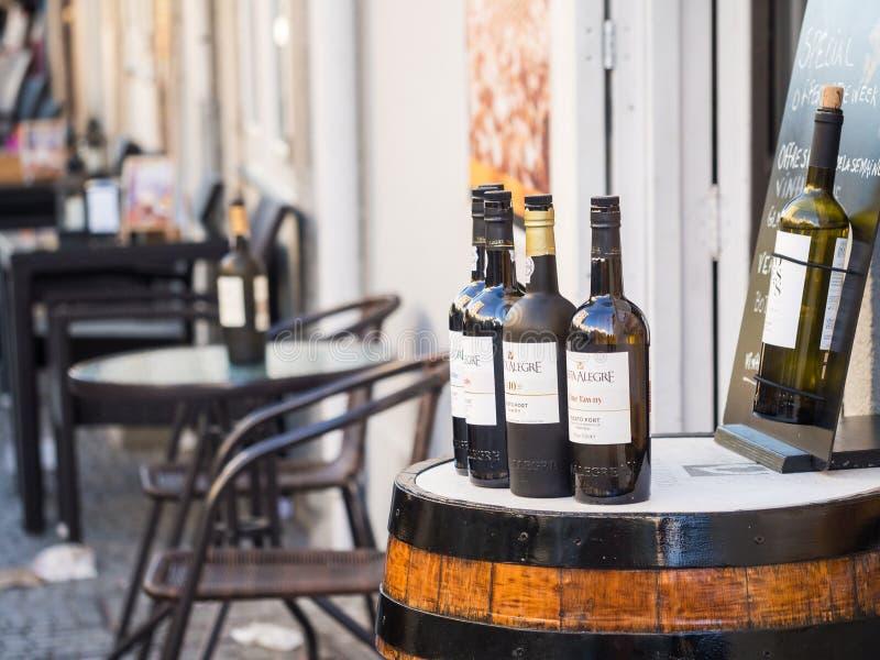 Flaskor av portvin sålde i Porto, Portugal royaltyfria bilder