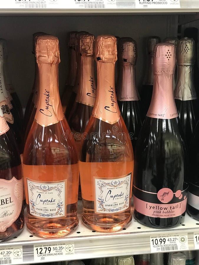 Flaskor av rosa Champagne som är till salu på en specerihandlare Store royaltyfri bild