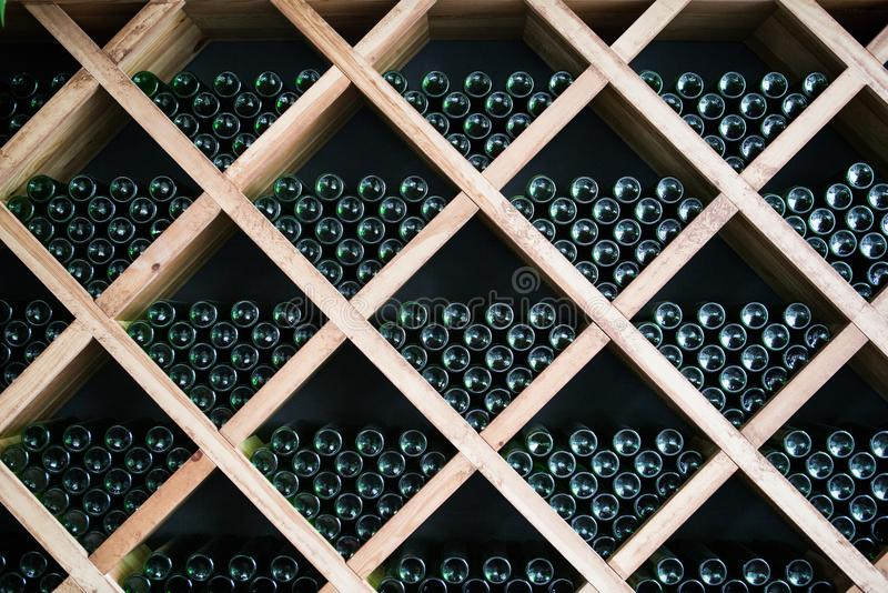 Flaskor av vin i en vinkällare royaltyfri fotografi