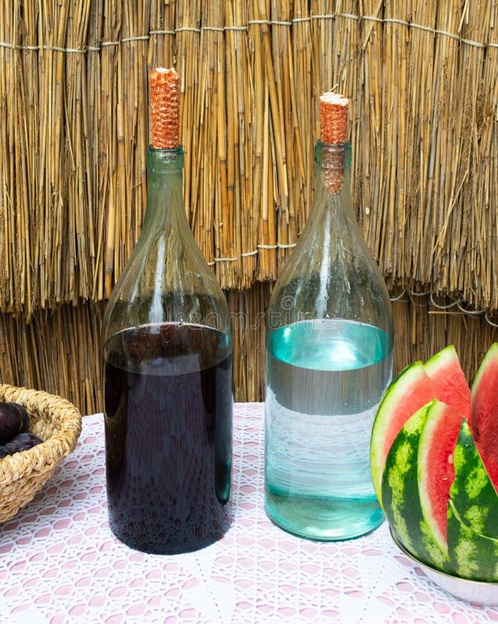Flaskor av vin och utopier på tabellen arkivbilder