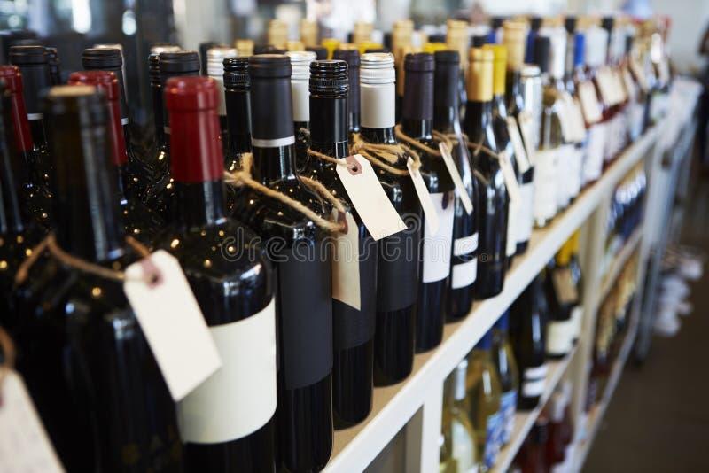 Flaskor av vin på skärm i matvaruaffär fotografering för bildbyråer