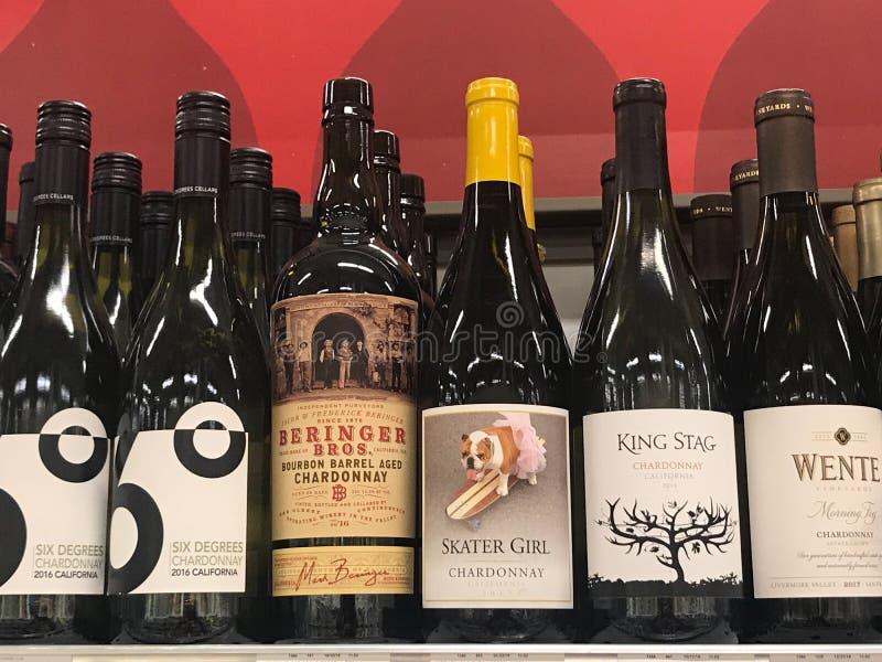 Flaskor av vin som är till salu på en specerihandlare Store fotografering för bildbyråer