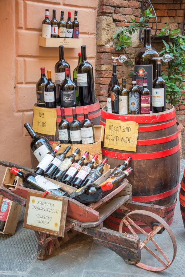 Flaskor av Vino Nobile, det mest berömda vinet från Montepulciano, på skärm utanför en vinodling, på Juli 21, 2017, i Montpulcian royaltyfri bild
