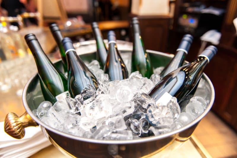 Flaskor för vitt vin i bunke av is arkivfoto