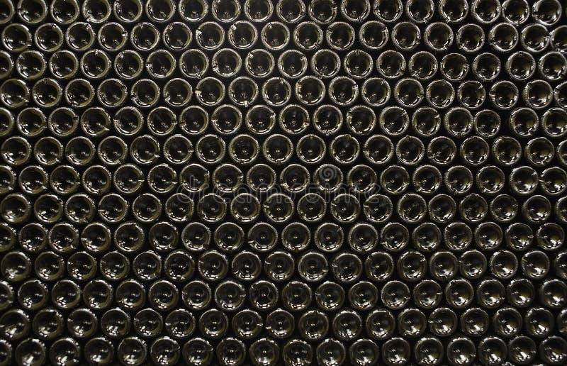 Flaskor i vinkällare royaltyfri foto