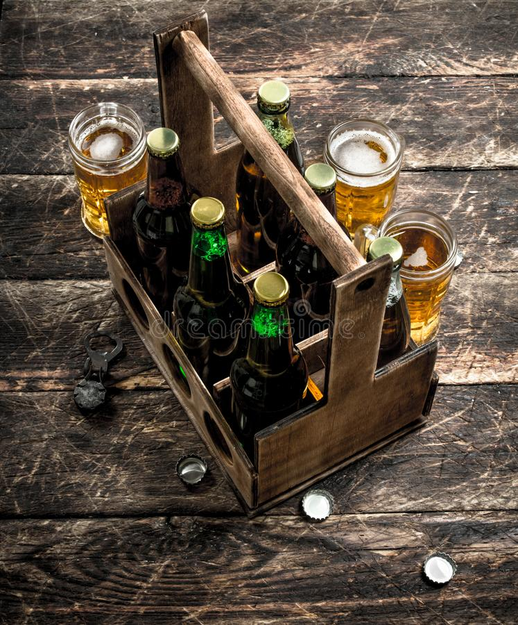 Flaskor med öl i en gammal ask royaltyfri fotografi