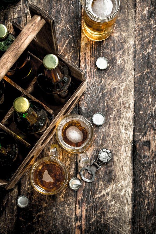 Flaskor med öl i en gammal ask royaltyfri bild