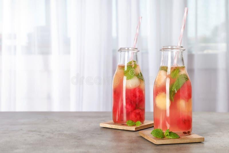 Flaskor med den smakliga vattenmelon- och melonbollen dricker arkivbilder