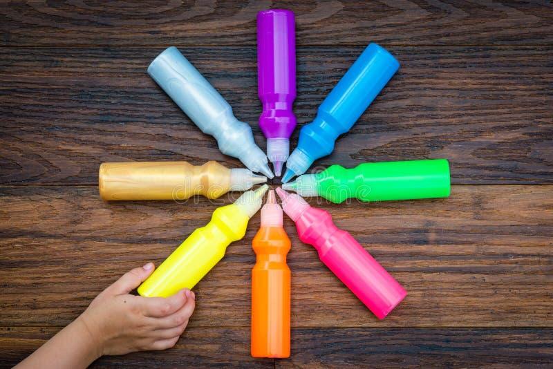 Flaskor med färgrika torra pigment på träbakgrund royaltyfri fotografi