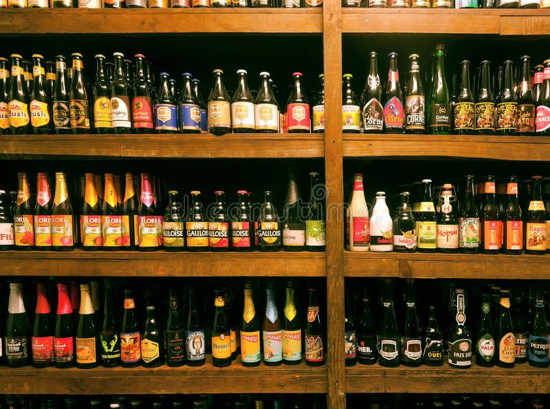 Flaskor med hantverkBelgien ?l, olika slag och m?nga bryggerin i den lokala st?ngen f?r supare royaltyfria bilder