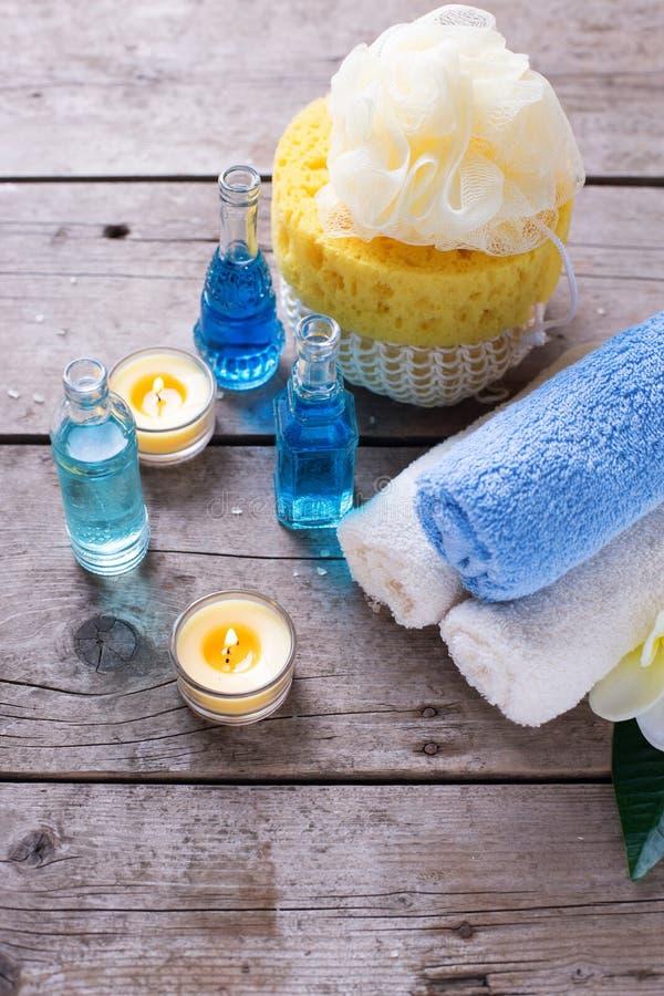 Flaskor med nödvändiga aromolja, handdukar, stearinljus och tester arkivbild