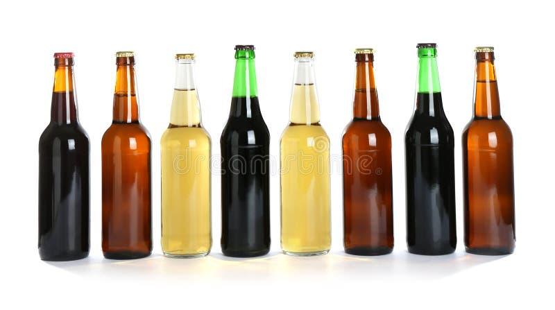Flaskor med olikt öl arkivbilder