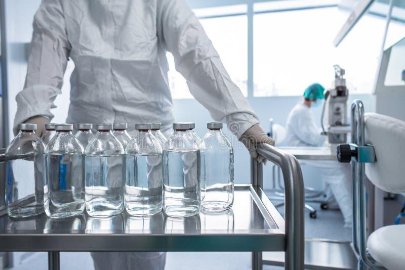 Flaskor med vätskor i ett laboratorium - farmaceutiska industrifabriker royaltyfria foton