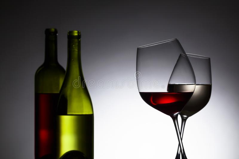 Flaskor och exponeringsglas med rött och vitt vin royaltyfri bild