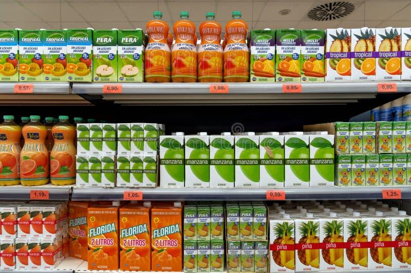 Flaskor och lådor för fruktfruktsaft som är till salu i supermarket arkivbilder