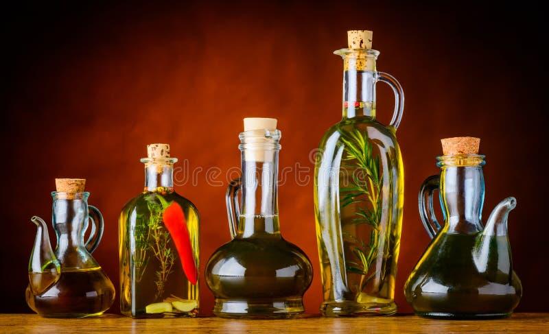 flaskor som lagar mat olja arkivfoton