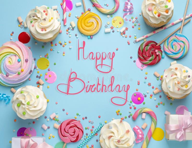 Flat lay-samenstelling met cupjes op lichtblauw Happy Birthday stock foto's
