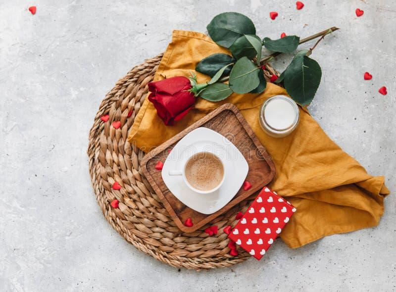 Flat Lay Valentines koncept, kaffekopp, royaltyfri fotografi
