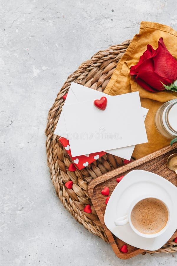 Flat Lay Valentines koncept, kaffekopp, royaltyfri bild
