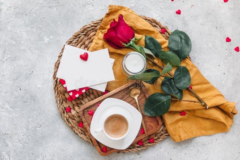 Flat Lay Valentines koncept, kaffekopp, arkivbild