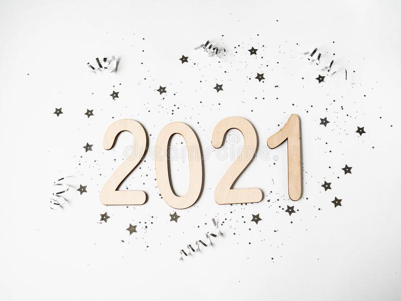 Flat lay white Nowy rok skład - liczby 2021 i konfetti na białym tle Widok z góry obraz royalty free