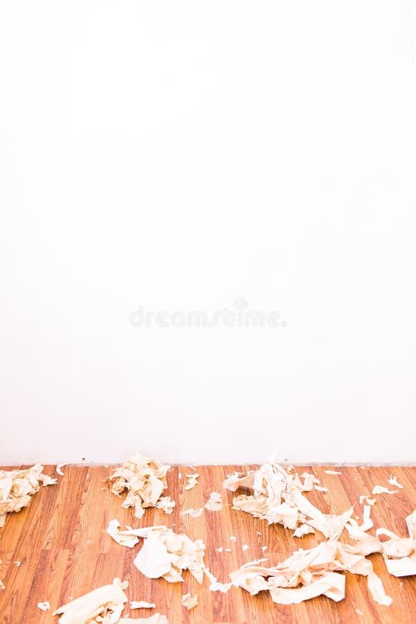 Flat tijdens de reparatie Behang uit de muur wordt verwijderd die Een deel van het behang is gestript Plaats voor tekst royalty-vrije stock afbeelding