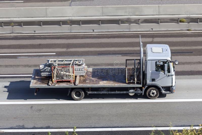 Flatbed vrachtwagen op de weg royalty-vrije stock afbeeldingen