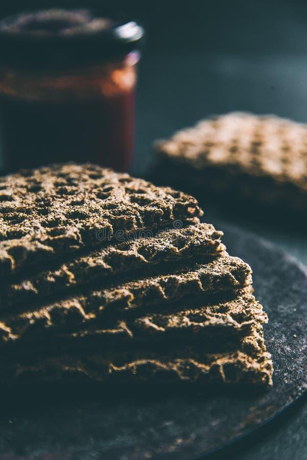 Flatbread με ένα βάζο της μαρμελάδας γλυκών πιπεριών στοκ φωτογραφία