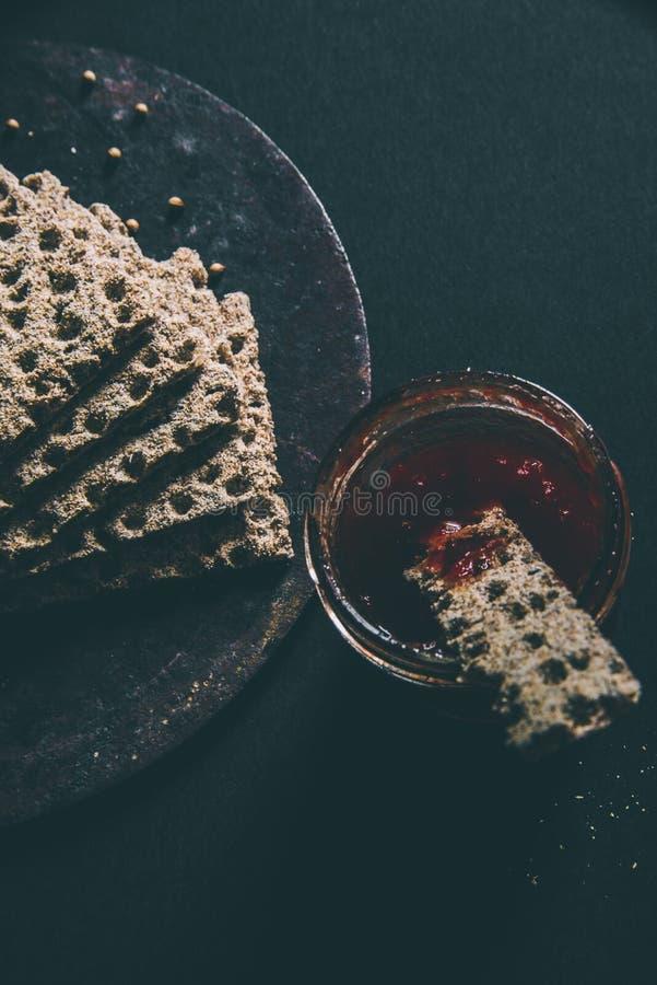 Flatbread με τη σπιτική μαρμελάδα γλυκών πιπεριών στοκ εικόνες