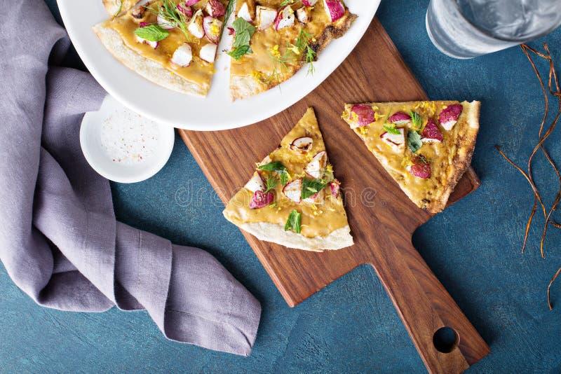 Flatbread или пицца с зажаренными в духовке редисками стоковое фото rf