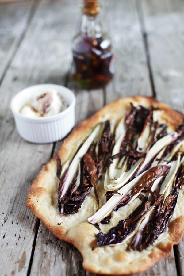 Flatbread с radicchio, маслом chili и распространением творога стоковые фото