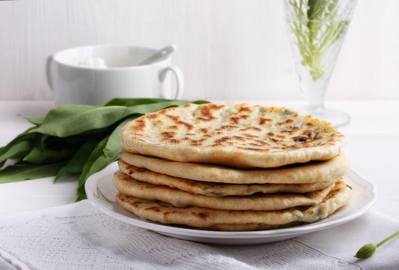 Flatbread caucasico tradizionale del †di Khychiny «riempito di  di Ñ heese e di erbe immagine stock