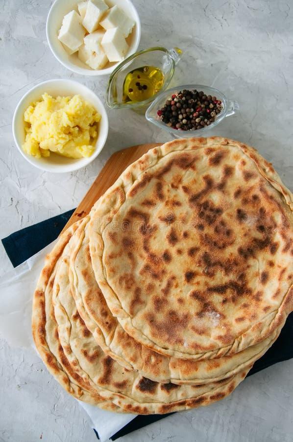 Flatbread de enchimento triturado do queijo da batata e dos carneiros em um ston branco fotografia de stock royalty free
