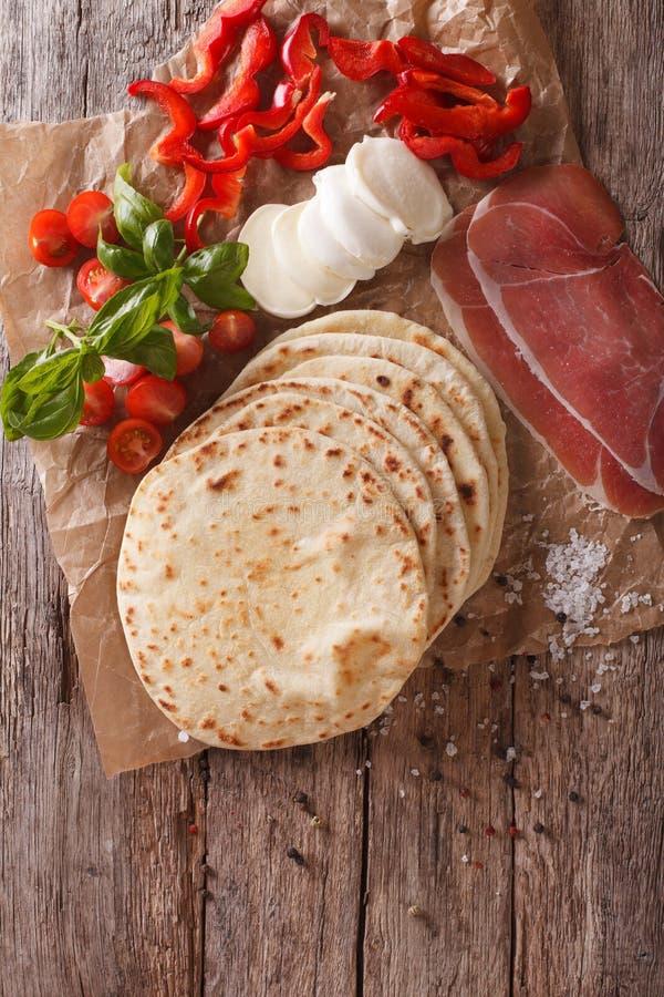 Flatbread, jambon, fromage italien et légumes de piadina en gros plan photos libres de droits