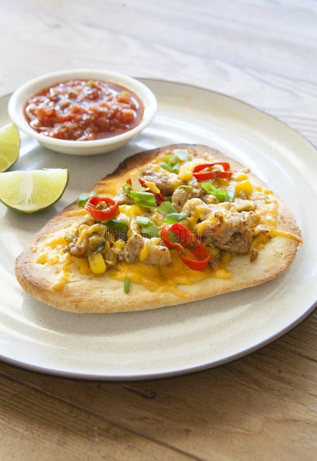 Flatbread messicano arrostito del pollo con i peperoni fotografie stock libere da diritti