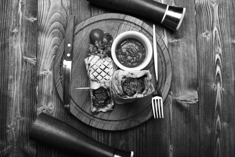 Flatbread z wieprzowiny, kurczak czerwieni lub plombowania chili kumberlandem i Tradycyjny kuchni pojęcie Burrito lub tortilla sł zdjęcie stock