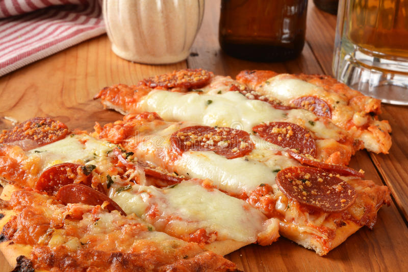 Flatbreadknoblauch und Pepperonipizza lizenzfreie stockbilder