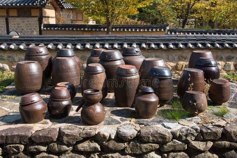 Flatform traditionnel coréen de cruches photos stock