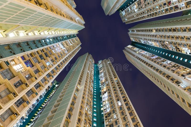 Flatgebouw aan de hemel bij nacht stock afbeeldingen