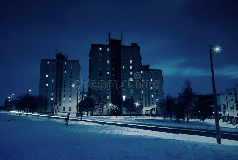 Flatgebouw in de winter bij nacht stock foto