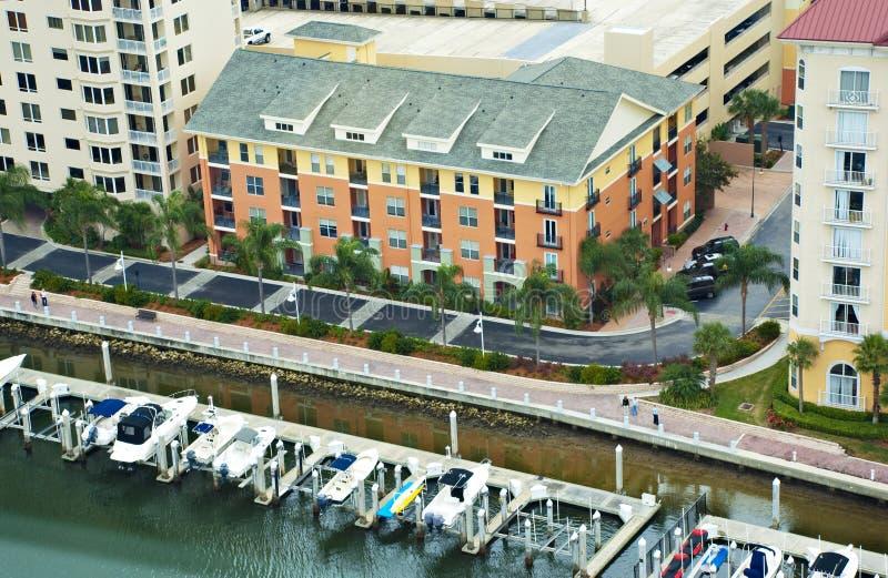 Flatgebouw en Jachthaven royalty-vrije stock afbeeldingen