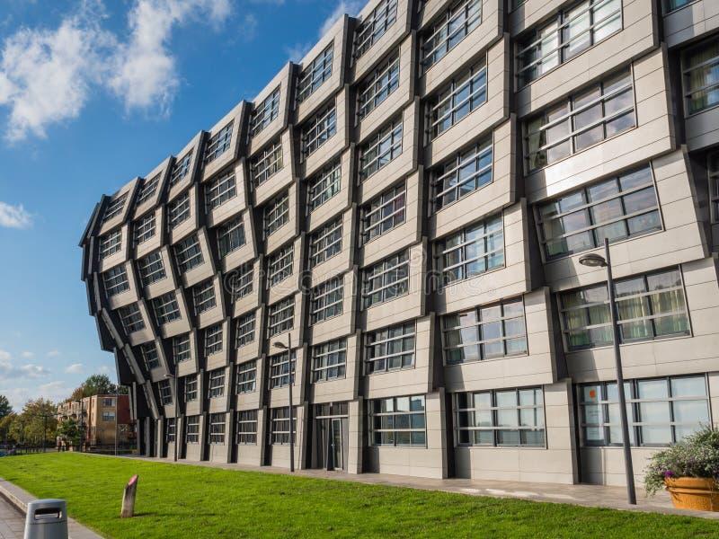 Flatgebouw in het moderne stadscentrum van Almere, het Net royalty-vrije stock fotografie