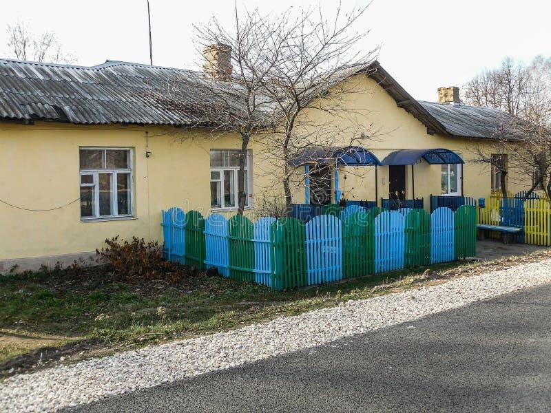 Flatgebouw in het Russische dorp in het Kaluga-gebied stock fotografie